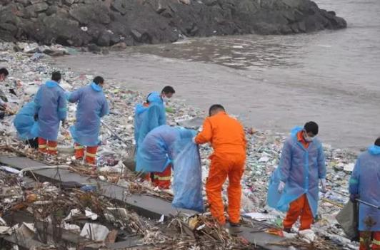 志愿者在清理长江岸线垃圾